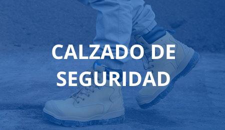Trabajador caminando con botas reforzadas de seguridad laboral