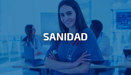 Doctora con uniforme sanitario azul y estetoscopio
